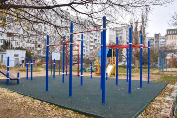 В Евпатории 8 дворов получили гимнастические площадки. Итог марафона «Чистый двор – уютный город»