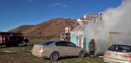 """Жилой дом и бытовой вагончик - """"жертвы"""" огня в Крыму в минувшие сутки"""