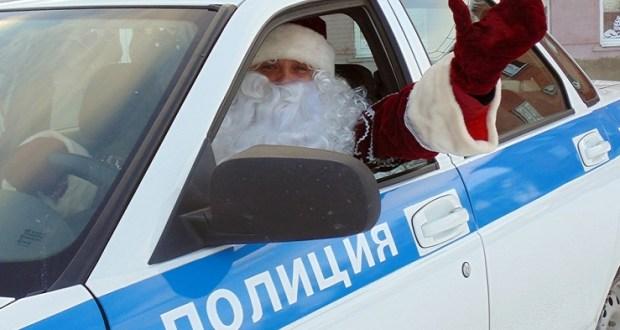 В Феодосии «Полицейский Дед Мороз» посетил с подарками многодетную семью