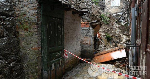 В Ялте специалисты продолжают разбирать рухнувшую 11 января подпорную стену