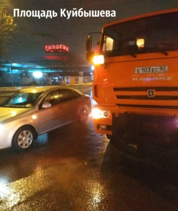 Похолодало… В Симферополе коммунальщики отчитались о своем ночном дежурстве на дорогах города