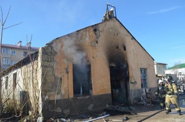 В Севастополе горело заброшенное здание хлебозавода