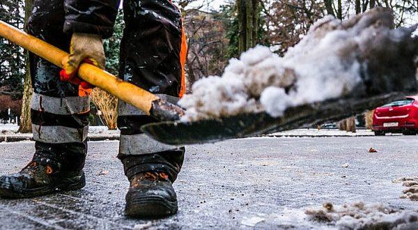 Зима в Крыму: на дорогах Симферополя за ночь использовали 10 тонн реагента