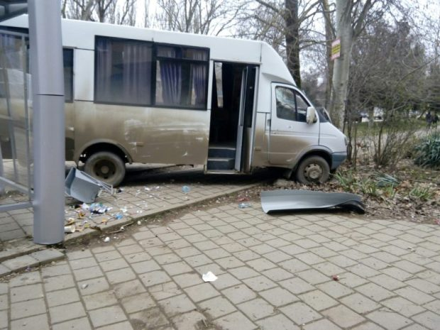 Взбесившийся автобус: в Керчи маршрутка врезалась в остановку