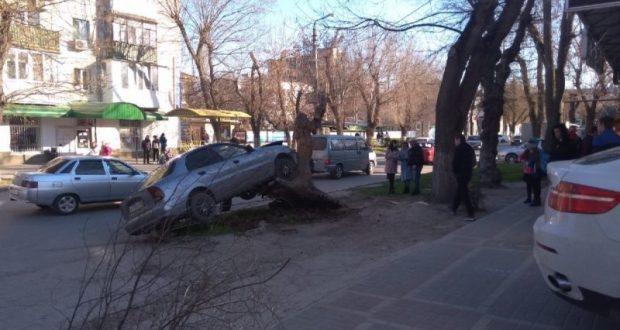 ДТП в Феодосии: такси «влетело» в дерево, а спровоцировавшее аварию авто… уехало