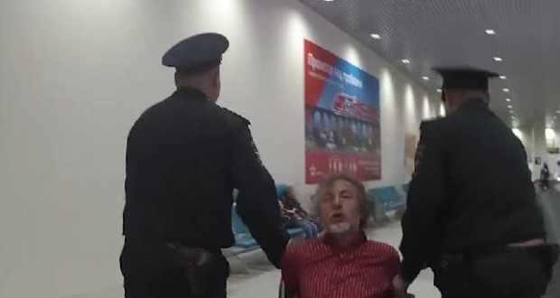 Пьяного дебошира авиарейса «Симферополь – Москва» возили по Домодедово в кресле-каталке