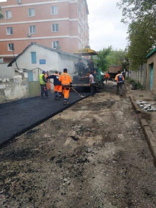 """Праздники праздниками, а в Симферополе """"закатывают в асфальт"""" улицы"""
