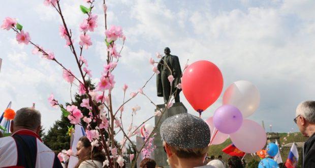 Керчь отметила Первомай массовой демонстрацией и… первыми морскими заплывами