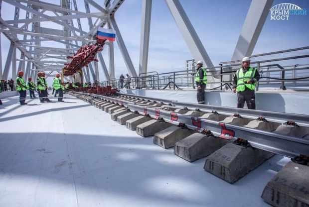 На первом пути Крымского моста сомкнули рельсы. Подробности