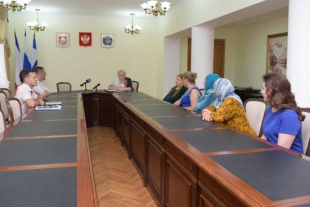 В Симферополе вручили ключи от квартир семьям депортированных граждан