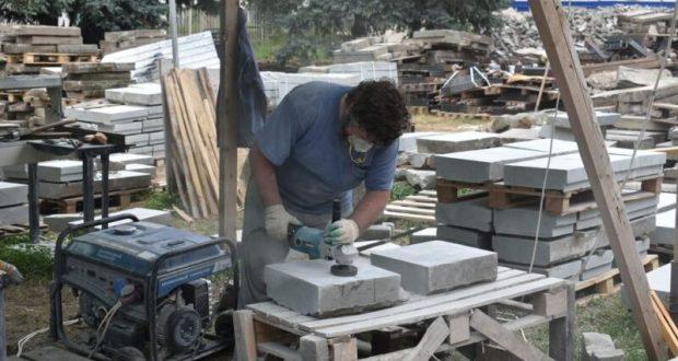 Как чистят гранитные плиты на набережной реки Салгир в Симферополе