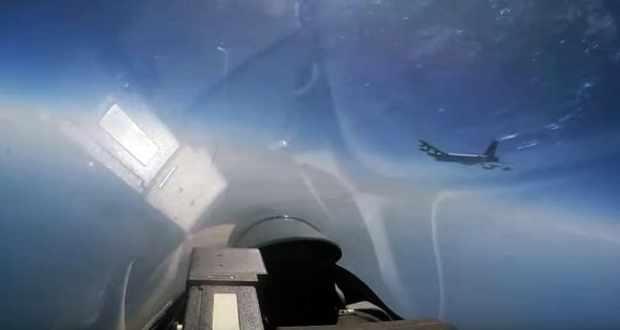 Видео перехвата российским Су-27 американского бомбардировщика В-52Н