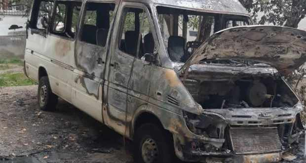 Автопожар в Симферополе: во дворе жилого дома ночью сгорел микроавтобус
