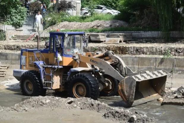 Один из участков набережной реки Салгир в Симферополе вымостят плиткой к концу лета