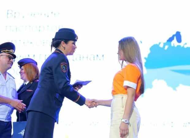В «Артеке» торжественно вручили паспорта 14-летним россиянам