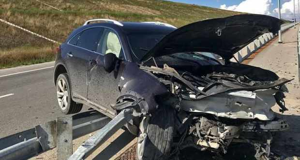 ДТП на новой дороге «Левадки – Дубки»: отбойник «прошил» «Infiniti»