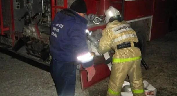 Бойцы МЧС предотвратили распространение огня при пожаре в крымском селе Скворцово