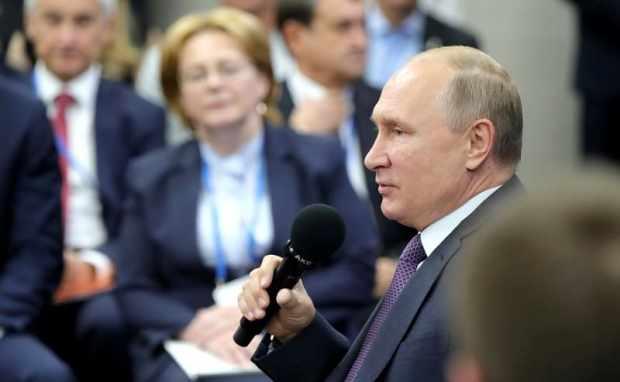 Что именно сказал на заседании Госсовета РФ министрам и губернаторам Владимир Путин. Уважаемые коллеги, добрый день! Мы собрались сегодня в широком составе: здесь присутствуют главы большинства субъектов Федерации. Нам предстоит рассмотреть, как решаются в регионах задачи здравоохранения. Знаю, что вы приехали заранее, обсуждали эти вопросы с участием руководителей федеральных органов власти, экспертного сообщества. Я тоже имел удовольствие встретиться с некоторыми коллегами, которые по линии общественных организаций занимаются этими вопросами и сами работают в первичном звене здравоохранения. В начале нашей встречи, конечно, хочу сказать, и это справедливо, что в области здравоохранения за последние годы сделано немало. Важнейшим показателем позитивных перемен в нашем здравоохранении является устойчивый рост средней продолжительности жизни. Так, в 2014 году она составляла 70,9 года, а в этом году, по данным на август, 73,6. Всемирная организация здравоохранения подтверждает эти цифры и эти темпы. Заседание президиума Госсовета о задачах субъектов Российской Федерации в сфере здравоохранения Это, конечно, результат напряжённых усилий, продуктивной работы врачей, медицинских организаций, учёных, талантливых команд, которые трудятся во многих регионах. Они внесли большой, огромный вклад в развитие высокотехнологичной и специализированной медицинской помощи, в решение сложнейших задач в области охраны материнства, детства. И хотел бы ещё раз подчеркнуть: все наши достижения – это подтверждение того, что мы способны и вместе с тем обязаны сделать больше, тем более должны учитывать высокий, постоянно растущий запрос общества. Вообще то всем понятно, что мы все с вами – я сейчас говорю не про сферу здравоохранения, а вообще про любую сферу, – мы оцениваем результаты сегодняшнего дня не по тому, как было плохо вчера, а по тому, каковы требования на сегодняшний день, и по тому, что мы должны и хотели бы получить завтра. То, что вчера было достижением, сегодня часто восприни
