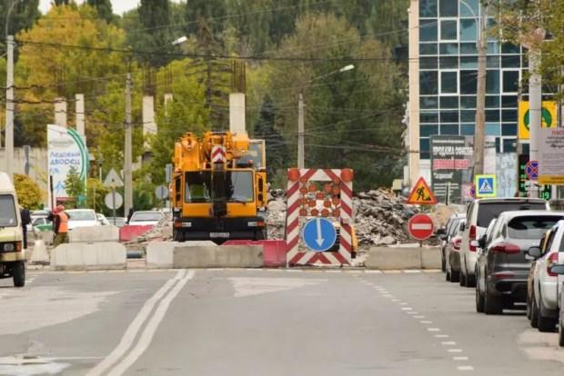 В Симферополе идёт ремонт моста через Салгир на улице Толстого