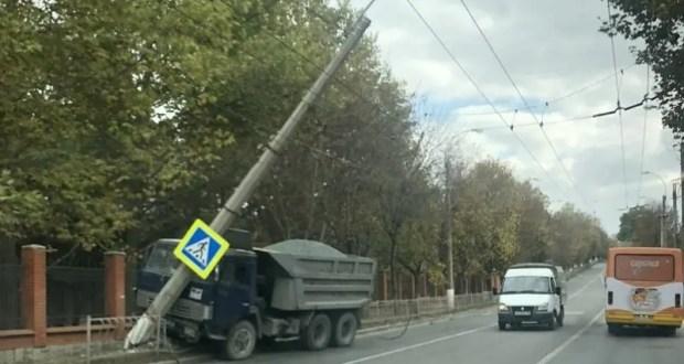 ДТП в Симферополе: «встретились» самосвал и столб