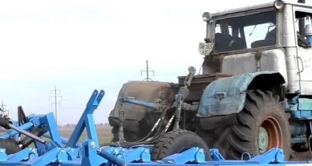 водитель трактора «Т 150», буксируя культиватор