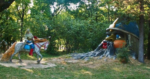 В Детском парке Симферополя завершают реставрацию скульптур сказочных персонажей