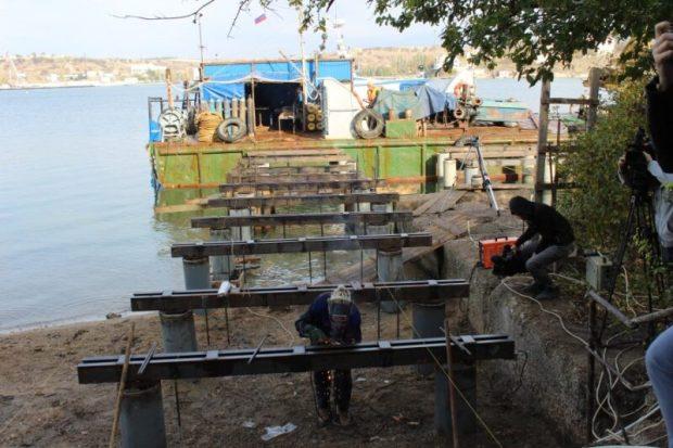 В бухте Троицкой ремонтируют причал