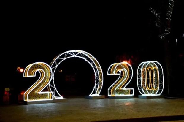 В Евпатории зажгли новогоднюю иллюминацию