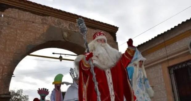 В Евпатории маршировали Деды Морозы и Снегурочки