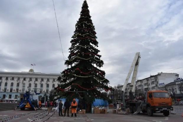 В Симферополе устанавливают дополнительную новогоднюю иллюминацию