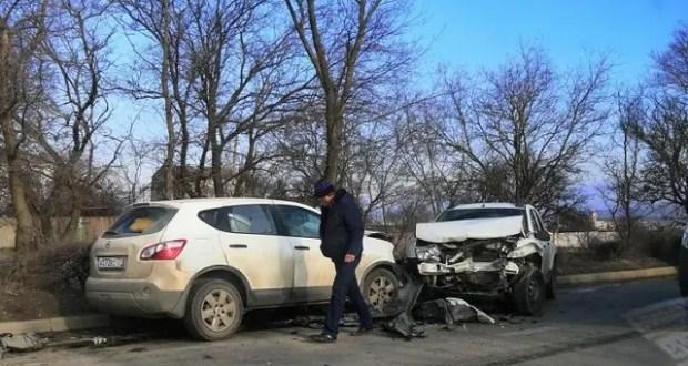 ДТП на выезде из Керчи: лоб в лоб столкнулись два кроссовера