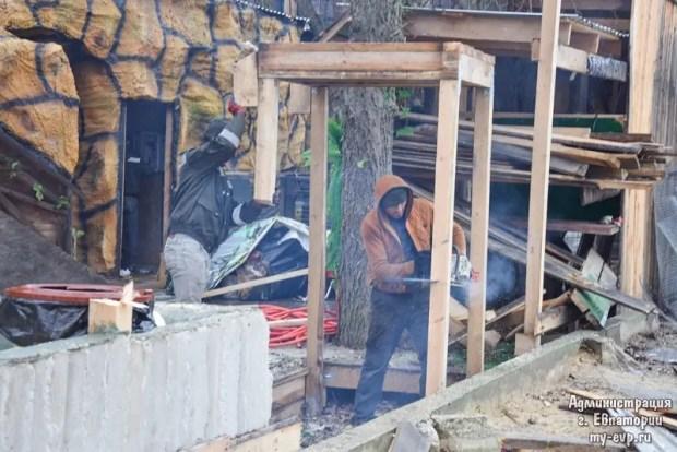 В Евпатории сносят незаконный крокодиляриум
