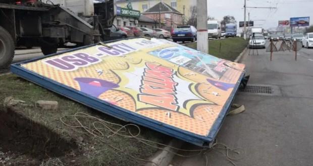 «Процесс пошел». В Симферополе – массовый демонтаж незаконных рекламных конструкций
