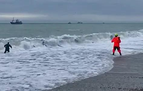 В Ялте мужчину смыло штормовой волной в море. Погиб