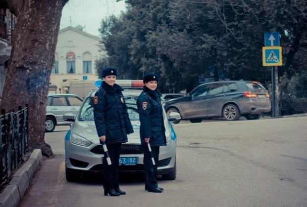 Сотрудницы ялтинской Госавтоинспекции организовали на улицах города «праздничные патрули»