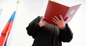 Суд наказал евпаторийского торговца, поднявшего руку на телеоператора