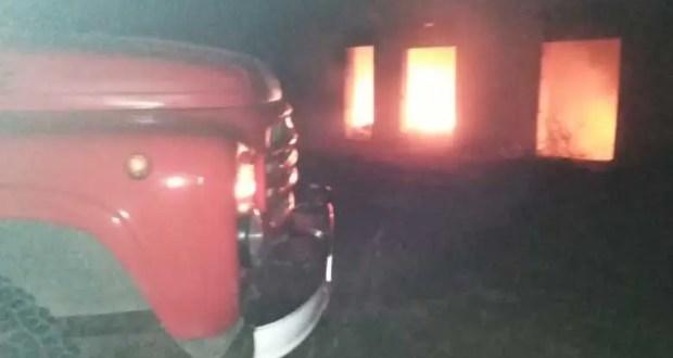 Пожар в пгт. Приморский - горело захламлённое строение