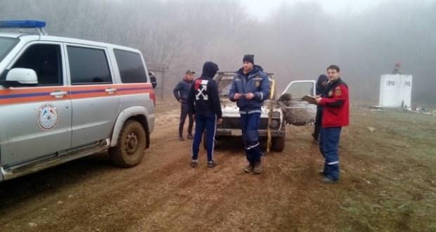 «Закопались по уши». Крымские спасатели вытаскивали из размытого грунта два авто с туристами