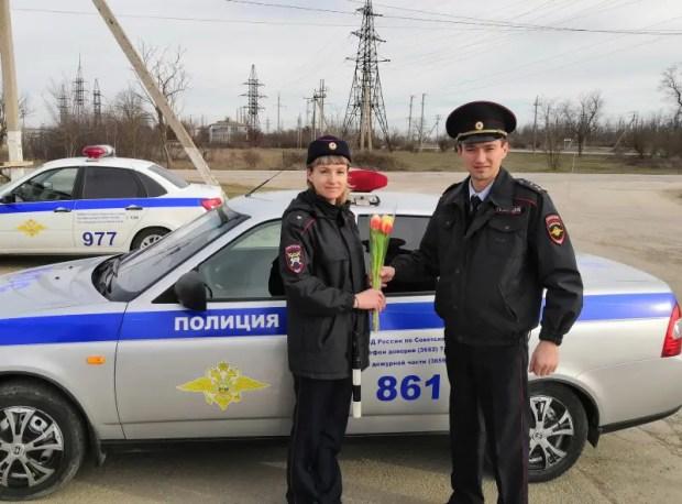 8 Марта повеяло... Дорожные полицейские Советского района и акция «Цветы для автоледи»