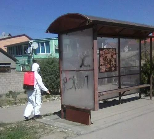 В Симферополе волонтёры помогают коммунальщикам проводить дезинфекцию мест общего пользования
