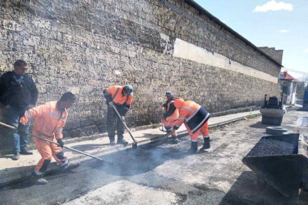 В Симферополе продолжается ямочный ремонт
