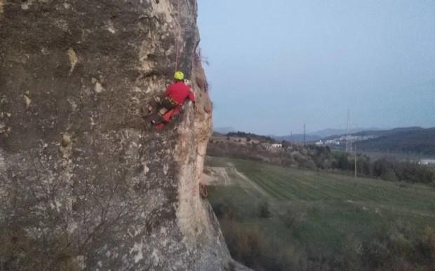 В Крыму туристка сорвалась с 15-метровой скалы