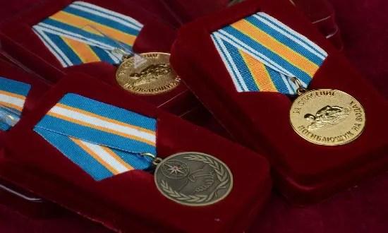 Награда - героям. В Севастополе отметили моряков БДК «Орск», спасших рыбака