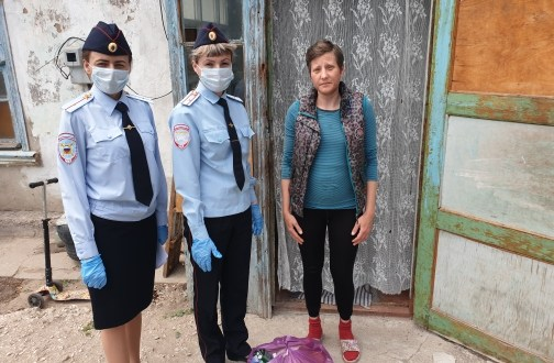 """Откройте! Полиция... с продуктовыми наборами. Акция """"Мы вместе"""" в Советском районе Крыма"""