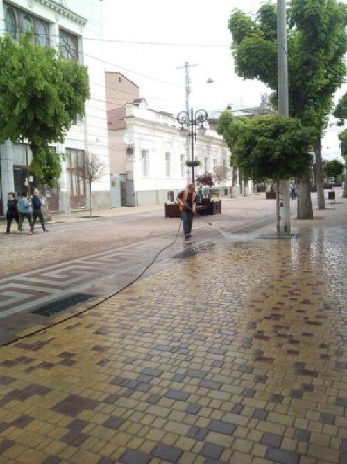 В Симферополе улицы и дороги убирают как днём, так и ночью