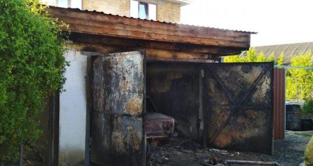 Пожар в Бахчисарае: сгорел гараж, а вместе с ним и автомобиль
