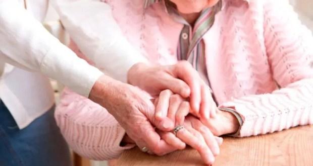 Уход за пожилыми родственниками: сиделка, пансионат или социальный работни