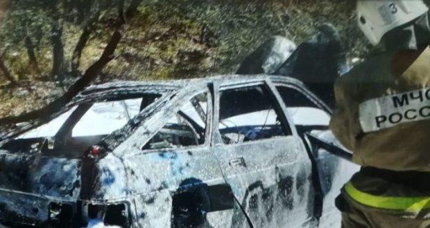 ДТП в Севастополе в районе Мекензиевых гор: авто столкнулось с деревом и загорелось