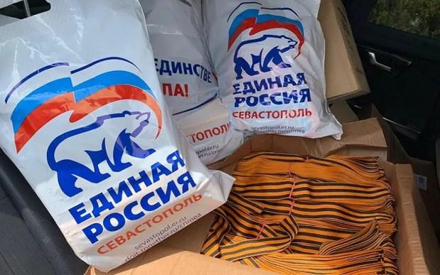 Вроде бы мелочь, а приятно. Как въезжающим в Севастополь 9 мая раздавали георгиевские ленточки