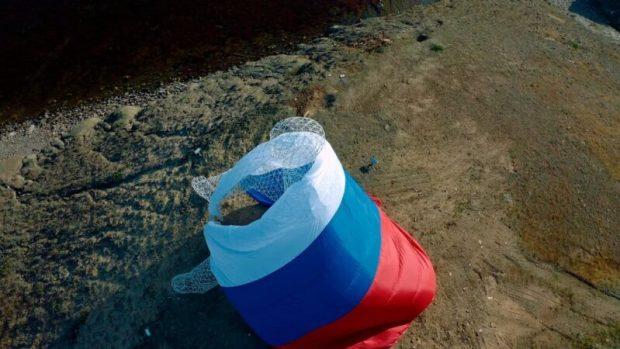На объекте арт-парка «Таврида» «Человек, смотрящий в море» появился огромный флаг России